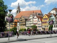 Tübingen - berühmte Universitätsstadt in Baden-Württemberg (D). Blick von der Neckbarbrücke auf die schöne Häuserfront mit der Stiftskirche. (Bild: Niklaus Rohrer)