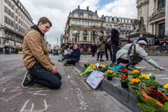 Ein Mann trauert um Opfer des Terroranschlags. (Bild: AP Photo / Geert Vanden Wijngaert)