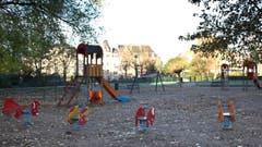 Trostlos: Ein Kinderspielplatz ohne Kinder. (Bild: AP Photo / Virginia Mayo)