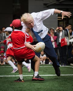Ein Junge versucht, den Bürgermeister aufzuhalten... (Bild: AP / Stefan Rousseau)