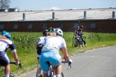Zwei Rennfahrer verfolgen das Rennen am Strassenrand. (Bild: Stefan Kaiser)