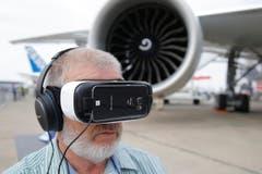 Der Kapitän Murray Coppins aus Australien schaut sich die 3D-Vorführung der Boeing 777-300ER an. (Bild: Francois Mori)