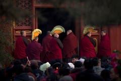 Tibetanische Mönche bereiten sich auf ihre Gebete vor. (Bild: Keystone)