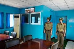 Zwei Soldaten stehen Posten in einem Konferenzraum. Sie stehen vor einer Tür, die zur südkoreanischen Seite gerichtet ist – sie schauen von Nord nach Süd. Dieses Bild wurde gelöscht, als der Fotograf die entmilitarisierte Zone zwischen Nord- und Südkorea passierte – aber es konnte später wiederhergestellt werden. (Bild: Martin von den Driesch)