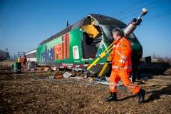 Beim Schwerverletzten handelt es sich um den Lokführer des Interregio-Zuges. Die Feuerwehr musste den 49-Jährigen aus dem Führerstand der Lokomotive herausschneiden. Er wurde mit einem Rega-Helikopter ins Spital gebracht. (Bild: Keystone / Ennio Leanza)