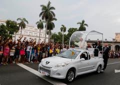 In Havanna wird der Papst herzlich willkommen geheissen. (Bild: Keystone)