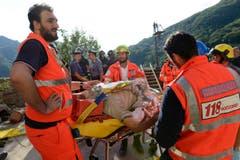 Ein verletzter Mann wird von den Rettungskräften versorgt. (Bild: AP / Sandro Perozzi)