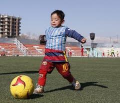 Und wenn es schon mal richtigen Fussballrasen hat, will Murtaza wissen, wie sich das beim Kicken anfühlt. (Bild: Epa / Jawad Jalali)