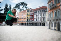 Eine Mitarbeiterin nimmt letzte Retuschen vor. (Bild: Gabriele Putzu/Ti-Press/Keystone)