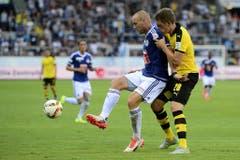 Luzerns Marco Schneuwly (links) deckt den Ball ab gegen Dortmunds Matthias Ginter. (Bild: Keystone / Urs Flüeler)