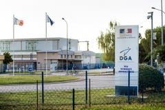 Hier in Toulouse wird das Wrackteil von einer Abteiung Flugtechnik des Französischen Verteidigunsministeriums untersucht. (Bild: Keystone)
