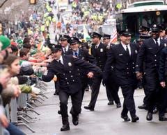 Die Feuerwehrleute grüssen die Zuschauer in Boston. (Bild: Keystone)