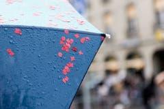 An einem Schirm klebende Konfetti zeugen vom Wetterpech am grossen Umzug der Berner Fasnacht. (Bild: ALESSANDRO DELLA VALLE)