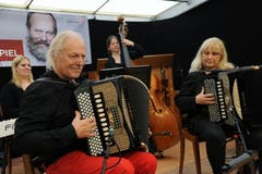 Im Festzelt auf dem Unterlehn musizierte das Akkordeonduo Wachter-Rutz. (Bild: Urs Hanhart / Neue UZ)