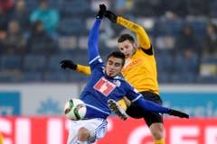 Der Luzerner Dario Lezcano, links, im Kampf um den Ball mit dem YB-Spieler Renato Steffen, rechts. (Bild: (KEYSTONE/Nick Soland))