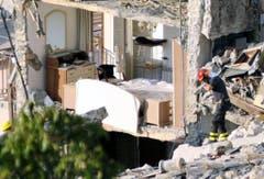 Rettungskräfte suchen in den Trümmern von Pescara del Tronto nach Überlebenden. (Bild: EPA / Cristiano Chiodi)