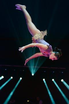 Eine Artistin des Trio Stoian wirbelt durch die Luft. (Bild: Keystone)
