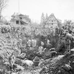 Ein Bild totaler Zerstörung: Rettungsmannschaften in Dürrenäsch versuchen am 4. September 1963 zu retten, was zu retten ist. (Bild: Keystone / Str)