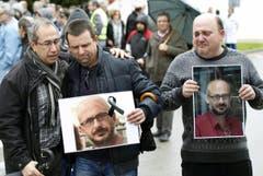 Mitarbeiter der Firma Delphi trauern während einer Schweigeminute in Barcelona um ihre beim Flugzeugabsturz verunglückten Kollegen. (Bild: EPA)
