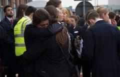 Unter Schock: Airline-Angestellte, nachdem sie sich in Sicherheit gebracht haben. (Bild: EPA/OLIVIER HOSLE)