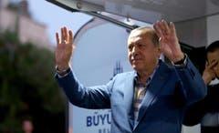 Präsident Recep Tayyip Erdogan winkt seinen Anhängern zu in Istanbul. (Bild: EPA/STR)