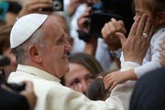 Besondere Begegnung mit einem Kind beim Besuch in Assisi. (Bild: Keystone)