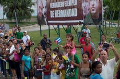 Vor einer Tafel mit Fidel Castro, Jose Marti, Simon Bolivar und Hugo Chavez (v.l.) warten die Zuschauer auf Franziskus. (Bild: Ismael Francisco)