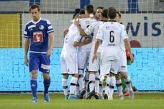 Luganos Spieler feiern das 0:1 für Lugano in der ersten Halbzeit. (Bild: Keystone / Urs Flüeler)