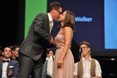 Claudio Deplazes gratuliert Lendra Walker zum UKB-Preis. (Bild: Urs Hanhart)