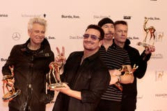 Stolz präsentieren U2 ihren Bambi in der Kategorie Internationale Musik. (Bild: Keystone)