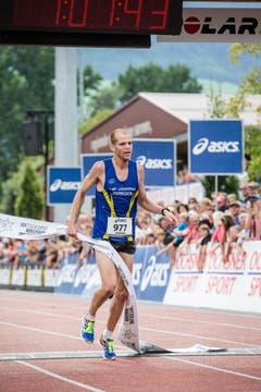 Der Langenthaler Fabian Kuert gewinnt über die Halbmarathon-Strecke. (Bild: Manuela Jans-Koch / Neue LZ)