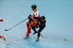 Streethockey WM in der Bossard Arena in Zug. Im Bild der Schweizer Alexendre Mermoud und der Kanadier Jeremy Paradis. (Bild: Stefan Kaiser (Neue Zuger Zeitung) PHOTO)