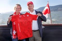 Der Schweizer Botschafter Beat Nobs erhält das Shirt der Schweizer Frauen-Nati. Übergeben wird es von der Trainerin Martina Voss-Tecklenburg aus Deutschland. (Bild: KEYSTONE / SALVATORE DI NOLFI)