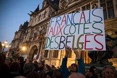 Solidarität in Paris: «Franzosen zusammen mit Belgiern» lautet simpel und einfach die Botschaft auf dem Transparent. (Bild: EPA/ETIENNE LAURENT)