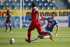 Luzerns Clemens Fandrich (R) gegen Sions Pa Modou. (Bild: Philipp Schmidli)