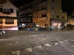 Die verwüstete Strasse in Pfäffikon. (Bild: Kantonspolizei Schwyz)