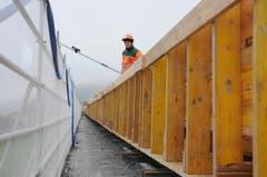 Beim Viadukt Biel wird eine Schalung vorbereitet. (Bild: Philipp Unterschütz / Neue NZ)