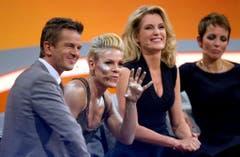 """Moderator Markus Lanz, die amerikanische Sängerin Pink, Schauspielerin Maria Furtwängler und die deutsche Sängerin Nena in der TV-Sendung """"Wetten, dass...?"""" am 8. Dezember 2012. (Bild: Keystone)"""