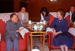 Die mächtigste Frau der Welt und einer der mächtigsten Männer der Welt genehmigen sich ein Tässchen Tee: Margaret Thatcher und Deng Xiaoping, Leiter der Kommunistischen Partei Chinas (1982). (Bild: Keystone)