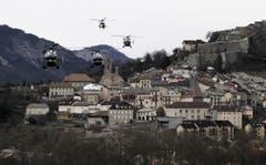 Nach einem Unterbruch in der Nacht nahmen die Bergungsmannschaften am frühen Morgen ihre Arbeit wieder auf. Mehrere Helikopter starteten zur schwer zugänglichen Unglücksstelle. (Bild: Keystone)