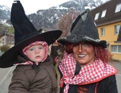 Hexen gehören in Giswil - ob gross oder klein - einfach zur Fasnacht dazu. (Bild: Romano Cuonz)