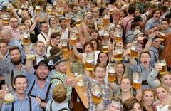 Die Besucher des Oktoberfestes sind in Feierlaune. (Bild: Keystone / Felix Hoerhager)