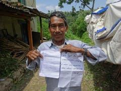 Der erfreute Vorsteher des Dorfes etwa eine Stunde südlich von Kathmandu. Im Dorf, das von 8 Familien bewohnt ist, kam nur wenig Hilfe der Hilfswerke an. Ruth und Werner Odermatt spenden über 7000 Dollar, das nicht zuletzt aufgrund unseres ersten Artikels zusammengekommen ist, damit die Dorfbewohner ihre Häuser wieder aufbauen können. (Bild: Walter Odermatt)