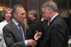 2005 erhält Claudio Abbado die Ehrenbürgerschaft der Stadt Luzern. Stadtpräsident Urs W. Studer, rechts, gratuliert dem Dirigenten. (Bild: Archiv Neue LZ)