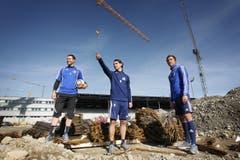 2010: David Zibung, Gerardo Seoane und Alain Wiss besichtigen die Allmend-Baustelle. (Bild: Manuela Jans)