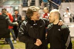 St. Gallen Trainer Jeff Saibene tröstet nach dem Spiel Buochs Trainer David Andreoli. (Bild: Boris Bürgisser (Neue LZ))