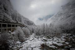 Im Verzascatal kurz vor Brione liegt erster Schneeflaum. (Bild: KEYSTONE/Ti-Press/Samuel Golay)