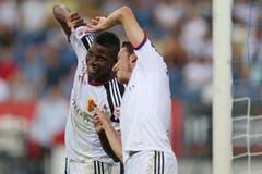 Basels Breel Embolo (links) und Luca Zuffi bejubeln das 2:1. (Bild: Philipp Schmidli)