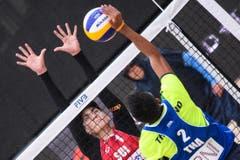 Tim Köpfli versucht einen Block gegen Thantawat. (Bild: FIVB)