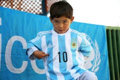Nachher: Der stolze, frisch eingekleidete Murtaza. (Bild: Keystone / UNICEF)